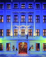 Hotel Außenansicht nachts