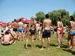 Gespanntes Warten am Ziel auf die noch schwimmenden Freunde