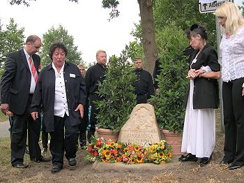 Unvergessen: Freunde und Verwandte gedenken der Sängerin (Michael  Rasig, die Cousinen Marleen Zaus und Renate Scholten, die  Schwiegertochter Elena Nefedova, v. l. n. r.; im Hintergrund:  Ural-Kosaken-Chor)