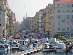 Yachthafen mit Blick in eine Straßenschlucht