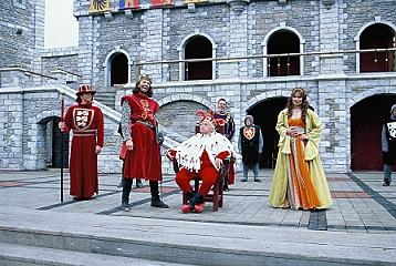 König Richard belustigt über Hofnarr