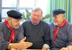 """Freude nach dem gemeinsamen Singen: Schulleiter Helmut von Eitzen  (Mitte), Dirigent """"Didy"""" Müller (links) und Peter Oelkers"""
