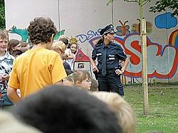 Polizistin im Gespräch mit den Schülern 800