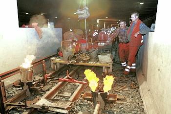 Thermitschweißen der U-Bahn-Schienen (alles Handarbeit):