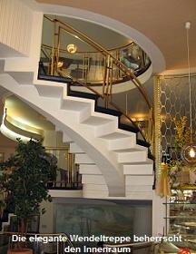 Die elegante Wendeltreppe beherrscht den Innenraum